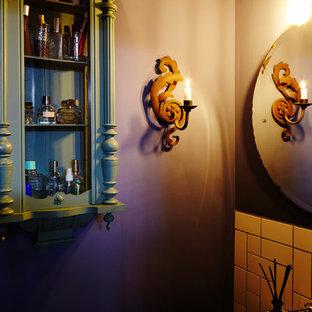 Свежая идея для дизайна: туалет среднего размера в стиле кантри с зелеными фасадами, инсталляцией, белой плиткой, керамогранитной плиткой, синими стенами, полом из терракотовой плитки, подвесной раковиной и разноцветным полом - отличное фото интерьера