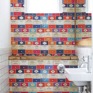 Immagine di un bagno di servizio minimal con lavabo sospeso, WC sospeso, piastrelle bianche, piastrelle diamantate e pareti multicolore