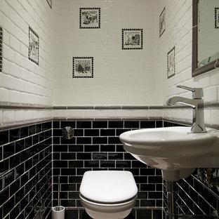 Foto di un bagno di servizio tradizionale con lavabo sospeso, piastrelle diamantate, WC monopezzo e pistrelle in bianco e nero