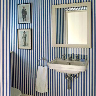 Aménagement d'un WC et toilettes victorien avec un lavabo suspendu et un mur bleu.