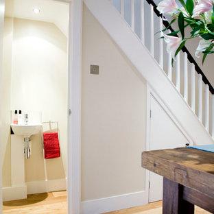 Ispirazione per un piccolo bagno di servizio moderno con WC monopezzo, pareti bianche e lavabo sospeso