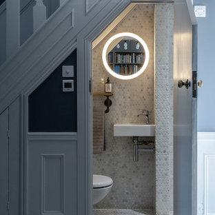 Ispirazione per un bagno di servizio classico con piastrelle bianche, piastrelle a mosaico, pavimento con piastrelle a mosaico, lavabo sospeso e pavimento bianco