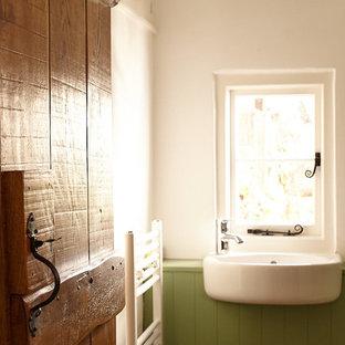 Пример оригинального дизайна: туалет среднего размера в классическом стиле с фасадами с декоративным кантом, зелеными фасадами, инсталляцией, белыми стенами, полом из известняка, столешницей из дерева, бежевым полом и зеленой столешницей
