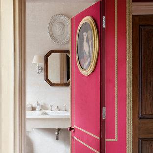 Стильный дизайн: туалет в классическом стиле с врезной раковиной и бежевыми стенами - последний тренд