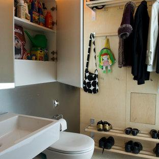 Réalisation d'un WC et toilettes design de taille moyenne avec un placard à porte plane, des portes de placard blanches, un WC suspendu, un carrelage blanc, un mur blanc, un sol en terrazzo, un lavabo suspendu, un sol blanc et des carreaux de miroir.