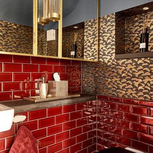 Moderne Gästetoilette mit Wandtoilette, roten Fliesen, Metrofliesen, bunten Wänden, Wandwaschbecken und brauner Waschtischplatte in Sonstige