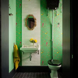 Ejemplo de aseo clásico con sanitario de dos piezas, baldosas y/o azulejos blancos, baldosas y/o azulejos negros, baldosas y/o azulejos verdes, baldosas y/o azulejos de cerámica, paredes multicolor, suelo de baldosas de cerámica, lavabo suspendido y suelo gris