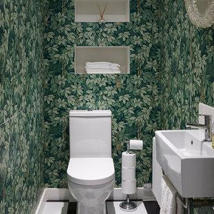 Réalisation d'un WC et toilettes bohème de taille moyenne avec un WC à poser, un mur vert, un sol en linoléum, un lavabo suspendu et un carrelage noir et blanc.