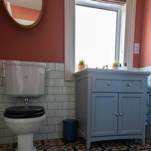 На фото: маленький туалет в стиле фьюжн с фасадами с утопленной филенкой, серыми фасадами, раздельным унитазом, зеленой плиткой, керамической плиткой, консольной раковиной, мраморной столешницей и напольной тумбой с