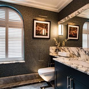 Inspiration pour un WC et toilettes traditionnel avec un placard à porte shaker, des portes de placard noires, un WC suspendu, un mur noir, un sol en marbre, un lavabo encastré, un sol gris et un plan de toilette gris.