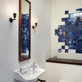 Aménagement d'un WC et toilettes contemporain avec un carrelage bleu, une grande vasque et des carreaux de céramique.