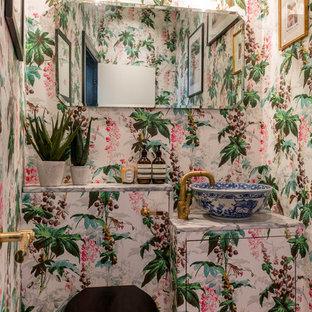 Inspiration pour un grand WC et toilettes bohème avec un placard à porte plane, un WC à poser, un mur multicolore, un sol en bois brun, un plan de toilette en carrelage, un sol marron et une vasque.