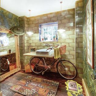 На фото: туалет в стиле фьюжн с разноцветными стенами, темным паркетным полом, настольной раковиной и коричневым полом с