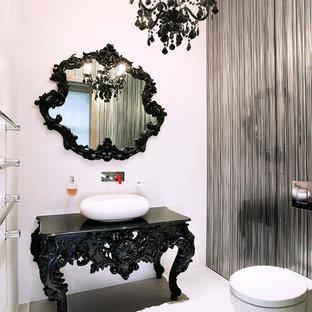 Moderne Gästetoilette mit Aufsatzwaschbecken, verzierten Schränken, schwarzen Schränken, Wandtoilette und bunten Wänden in London