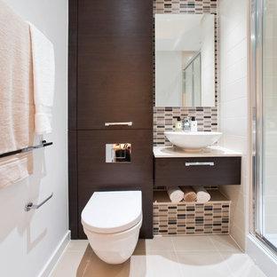 Cette image montre un WC et toilettes design avec une vasque, un placard à porte plane, des portes de placard en bois sombre, un carrelage beige, des carreaux en allumettes, un mur blanc et un WC suspendu.