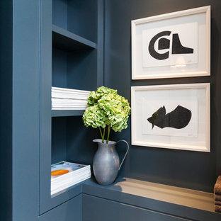 Свежая идея для дизайна: туалет в современном стиле с столешницей из дерева - отличное фото интерьера