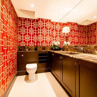 Modelo de aseo asiático con armarios estilo shaker, puertas de armario de madera en tonos medios, sanitario de una pieza, paredes rojas y lavabo bajoencimera