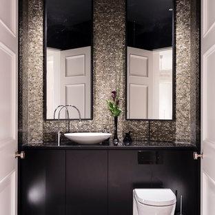 На фото: с высоким бюджетом большие туалеты в современном стиле с плоскими фасадами, черными фасадами, инсталляцией, плиткой мозаикой, мраморным полом, мраморной столешницей, черным полом, настольной раковиной, черной столешницей и разноцветной плиткой