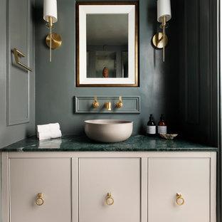 Ispirazione per un bagno di servizio chic con ante verdi e top in marmo