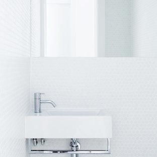 Esempio di un piccolo bagno di servizio moderno con piastrelle bianche, piastrelle a mosaico, pareti bianche e lavabo sospeso
