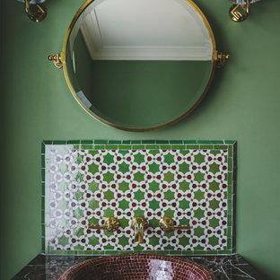 Идея дизайна: маленький туалет в средиземноморском стиле с разноцветной плиткой, зелеными стенами, накладной раковиной и разноцветной столешницей