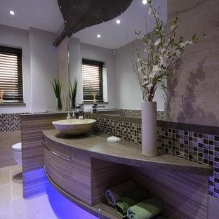 Свежая идея для дизайна: маленький туалет в современном стиле с настольной раковиной, плоскими фасадами, фасадами цвета дерева среднего тона, столешницей из искусственного камня, инсталляцией, разноцветной плиткой, плиткой мозаикой и полом из травертина - отличное фото интерьера