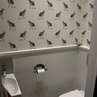 Kleine Stilmix Gästetoilette mit Wandtoilette, grauer Wandfarbe, Mosaik-Bodenfliesen und Wandwaschbecken in London