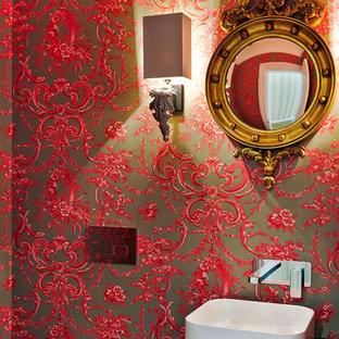 Ispirazione per un piccolo bagno di servizio classico con lavabo a bacinella, ante in legno bruno, top in legno, WC monopezzo, piastrelle grigie, piastrelle in gres porcellanato, pareti rosse e pavimento in gres porcellanato