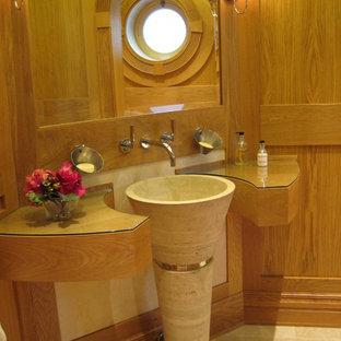 チェシャーのトランジショナルスタイルのおしゃれなトイレ・洗面所 (ペデスタルシンク、ガラスの洗面台) の写真