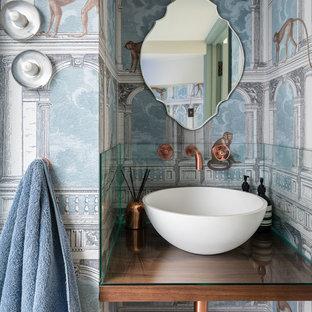 Ispirazione per un bagno di servizio minimal con pareti multicolore, lavabo a bacinella e top in vetro