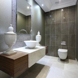 Modelo de aseo actual, pequeño, con baldosas y/o azulejos marrones, baldosas y/o azulejos en mosaico, paredes verdes, suelo de baldosas de porcelana y suelo blanco