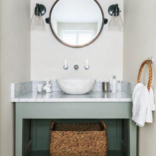 Свежая идея для дизайна: маленький туалет в морском стиле с открытыми фасадами, настольной раковиной, бежевым полом, белой столешницей, полом из известняка и мраморной столешницей - отличное фото интерьера