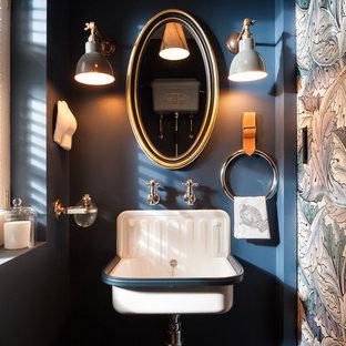 Foto di un bagno di servizio country con pareti blu e lavabo sospeso