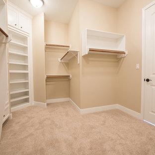 Idee per una cabina armadio unisex tradizionale di medie dimensioni con ante bianche e pavimento con piastrelle in ceramica