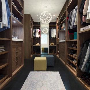Inspiration för ett mellanstort funkis walk-in-closet, med släta luckor, skåp i mellenmörkt trä och mörkt trägolv