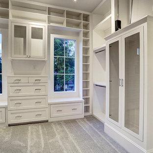 Diseño de armario vestidor unisex, de estilo americano, grande, con armarios con puertas mallorquinas, puertas de armario blancas, moqueta y suelo beige