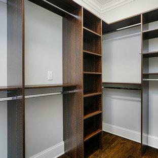 Ispirazione per una cabina armadio unisex classica di medie dimensioni con nessun'anta, ante in legno bruno, parquet scuro e pavimento marrone