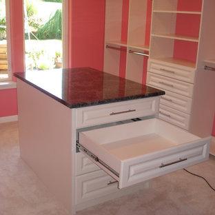 Foto de armario vestidor de mujer, actual, extra grande, con armarios con paneles con relieve, puertas de armario blancas, moqueta y suelo blanco