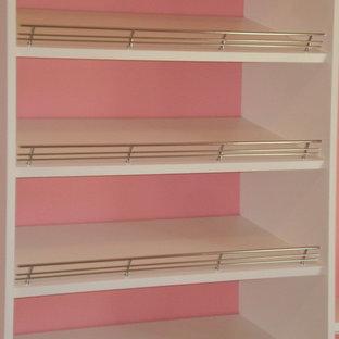 Imagen de armario vestidor de mujer, contemporáneo, extra grande, con armarios con paneles empotrados, puertas de armario blancas, moqueta y suelo blanco