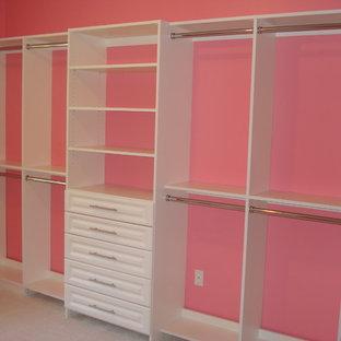 Modelo de armario vestidor de mujer, contemporáneo, extra grande, con armarios con paneles con relieve, puertas de armario blancas, moqueta y suelo blanco