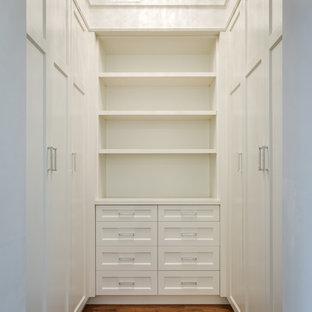 Foto de armario vestidor de hombre, actual, pequeño, con armarios estilo shaker, puertas de armario blancas y suelo de madera en tonos medios