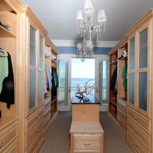 Ispirazione per un grande spazio per vestirsi unisex costiero con nessun'anta, ante in legno chiaro, moquette e pavimento beige