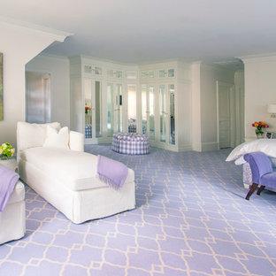 ボストンのトラディショナルスタイルのおしゃれな収納・クローゼット (カーペット敷き、紫の床) の写真
