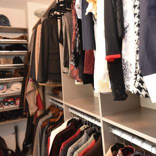 Modelo de armario vestidor de mujer, retro, de tamaño medio, con armarios tipo vitrina, puertas de armario beige, suelo de baldosas de porcelana y suelo beige