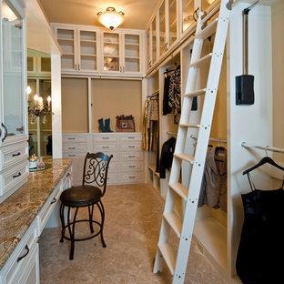 Diseño de armario vestidor de mujer, tradicional, extra grande, con puertas de armario blancas y armarios abiertos