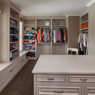 Foto de armario y vestidor clásico con puertas de armario grises, moqueta y armarios con rebordes decorativos