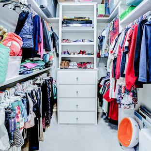 Mittelgroßer, Neutraler Klassischer Begehbarer Kleiderschrank mit flächenbündigen Schrankfronten, weißen Schränken, Teppichboden und grauem Boden in Austin