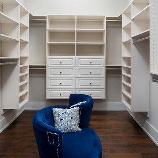 Diseño de armario vestidor unisex, de estilo americano, de tamaño medio, con suelo de madera oscura y armarios con paneles con relieve