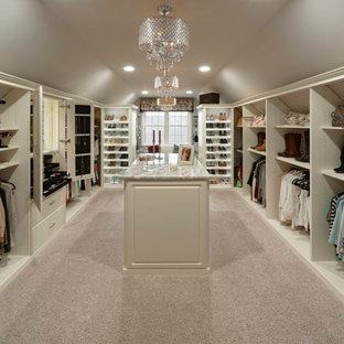 Modelo de vestidor de mujer, clásico, grande, con armarios con paneles con relieve y moqueta
