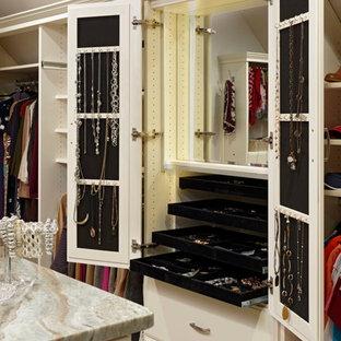 Foto på ett stort vintage omklädningsrum för kvinnor, med luckor med upphöjd panel och heltäckningsmatta
